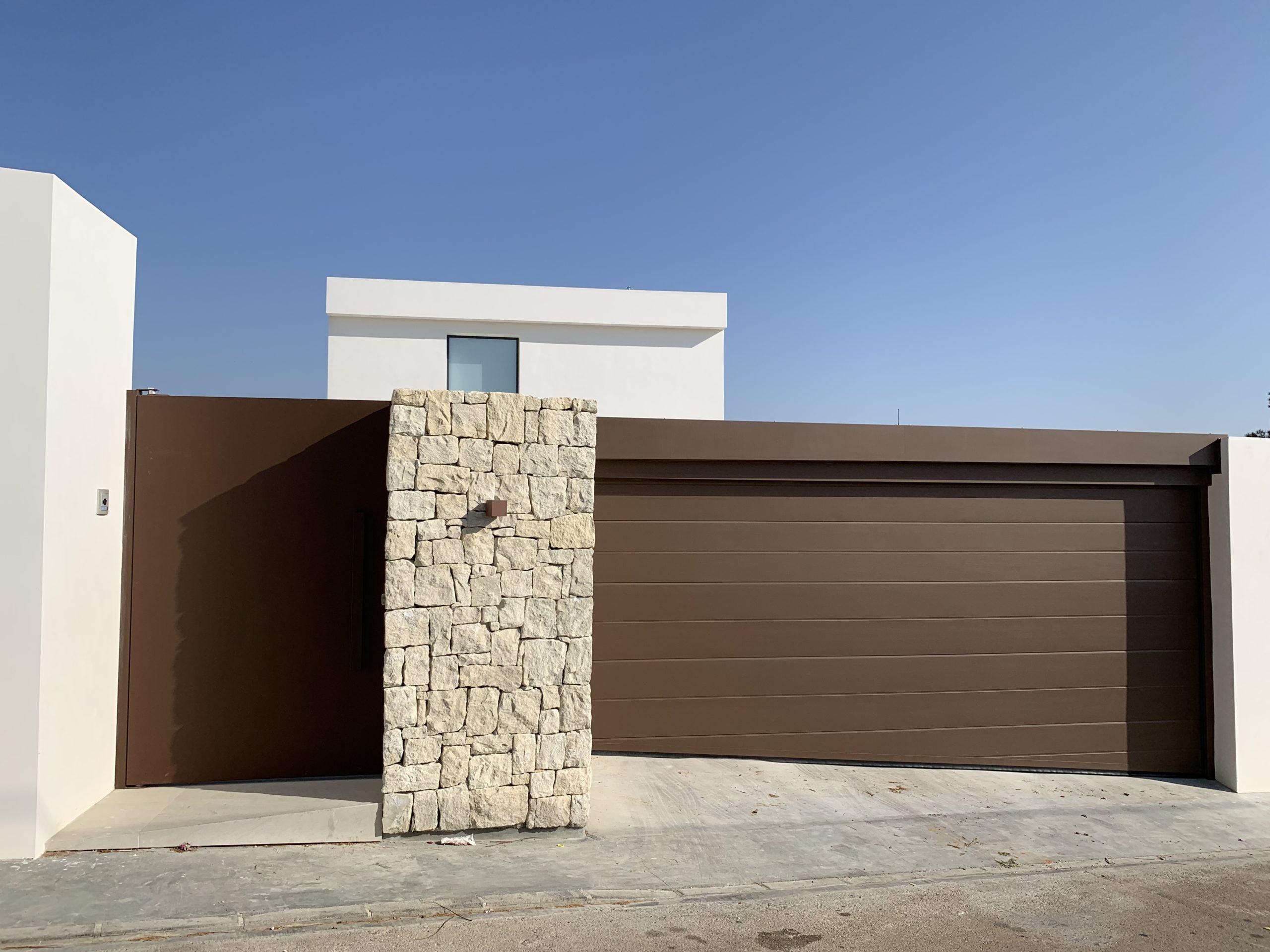 Puerta seccional y puerta pivotante