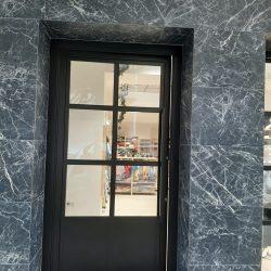 puerta tienda carpintería metálica a cuarterones